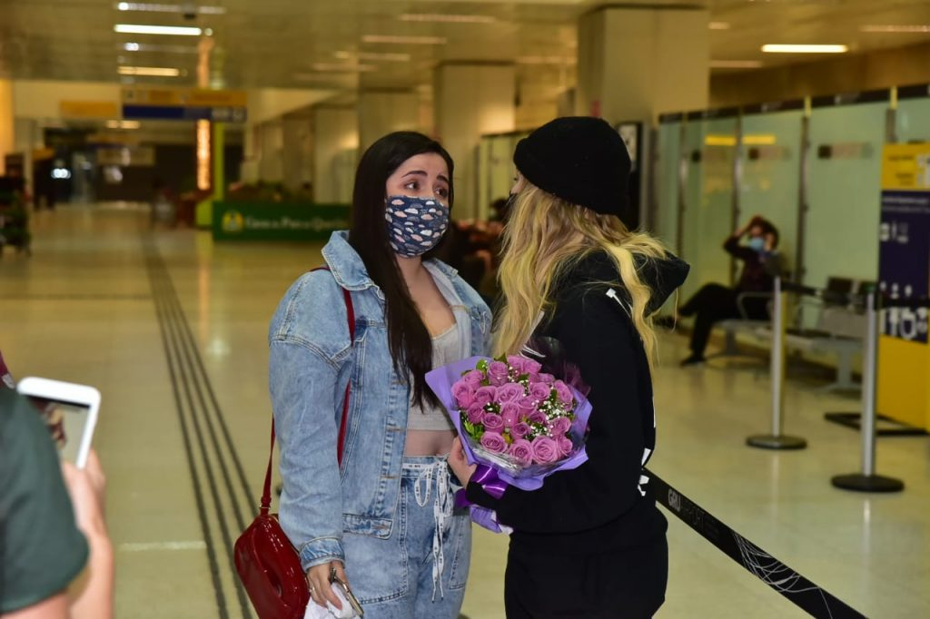 Luisa Sonza chega ao Brasil e abraça fã que caiu no choro ao vê-la