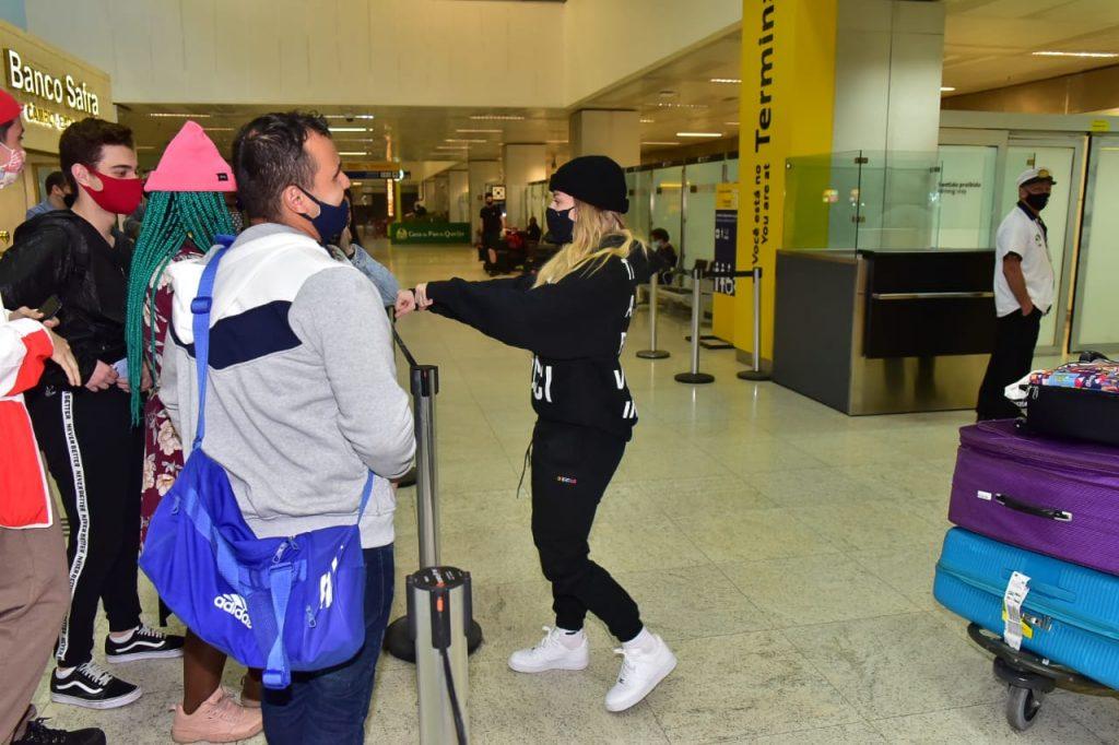 Luisa Sonza chega ao Brasil
