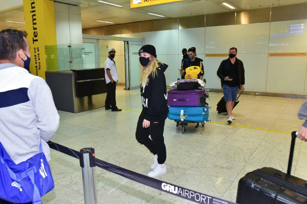 Cantora viajou durante a noite toda em vôo direto do México