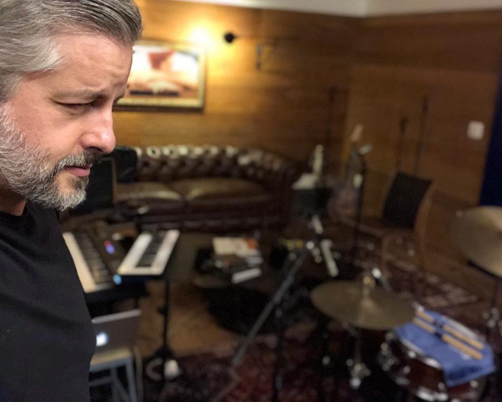 Após fim da dupla com Leo, Victor Chaves lança seu primeiro álbum solo