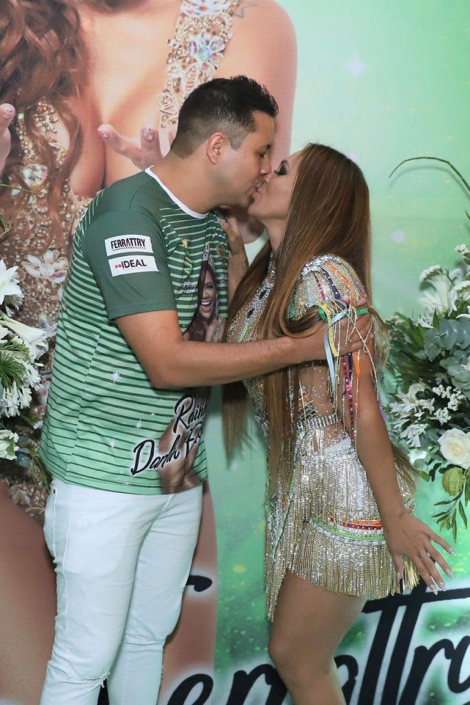 Mãe de Lexa, ganha carinho de noivo em Escola de Samba