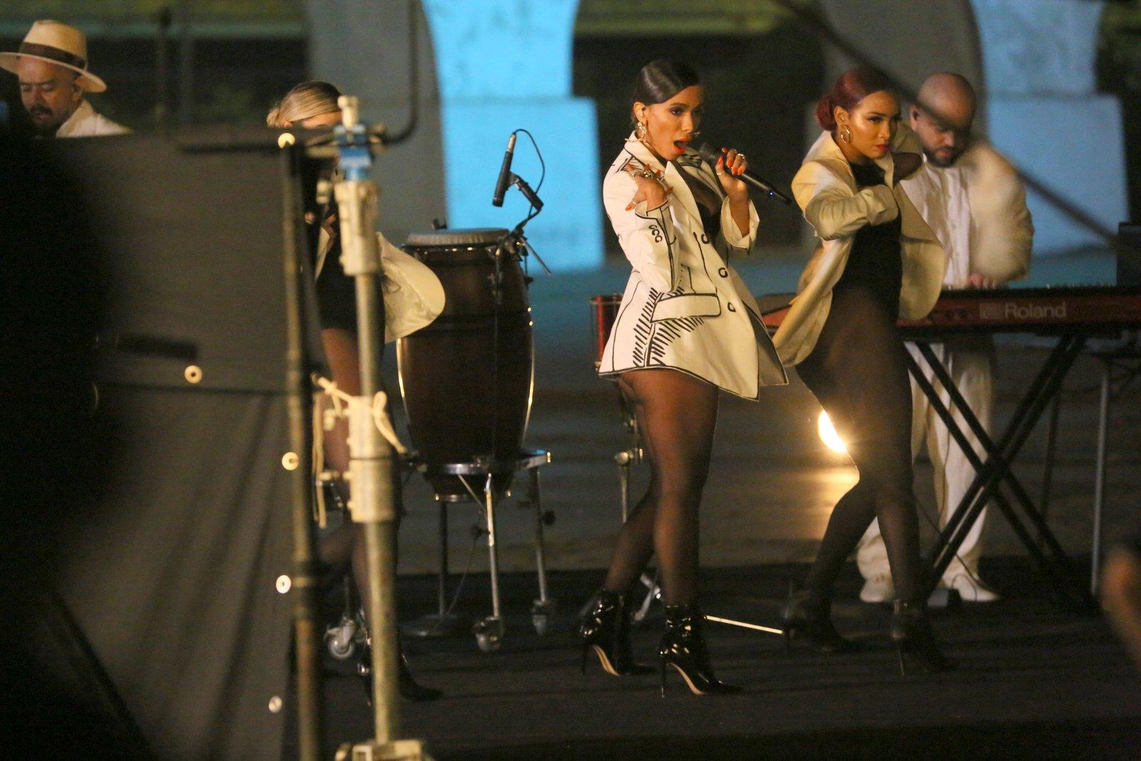 De calcinha e top, Anitta grava clipe na Lapa com estilo malandra