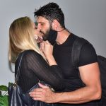 "Ellen Rocche prestigia novo namorado no teatro ""Eu vibro junto"""