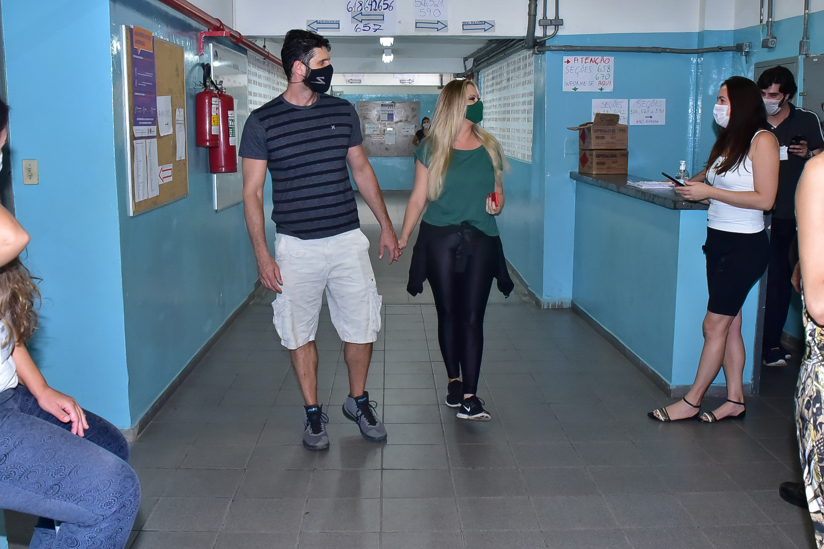 Ellen Rocche chega ao lado do namorado, para votar na capital paulista