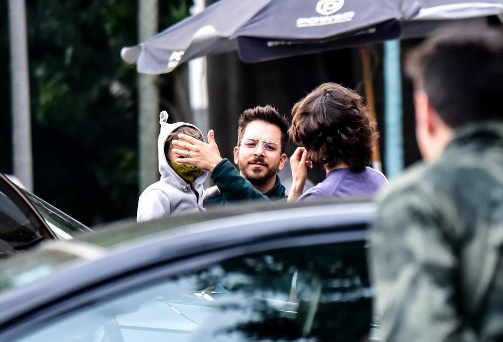 Junior Lima tenta esconder filho ao avistar paparazzo