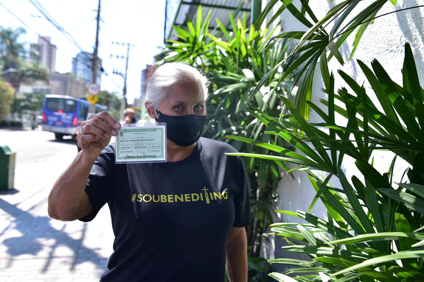 Fafá de Belém exibe cabelos brancos ao deixar seção eleitoral em São Paulo