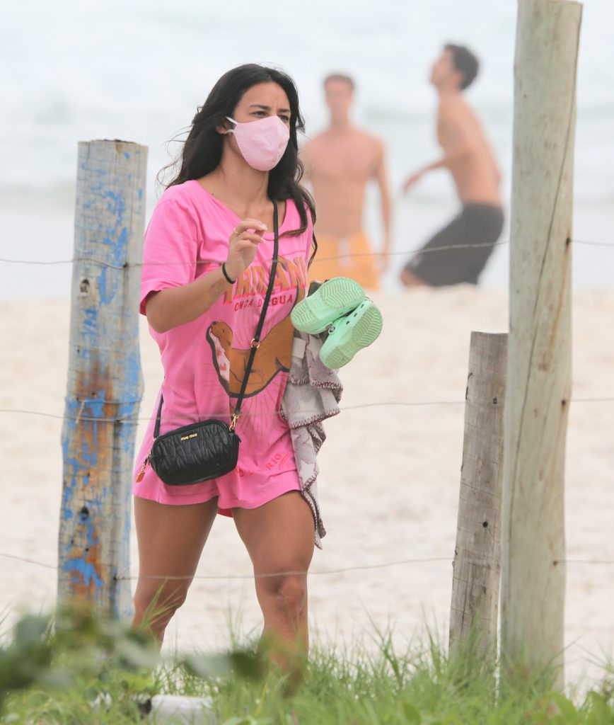 Bruno Gissoni e Yanna Lavigne trocam beijos em praia com a filha, Madalena