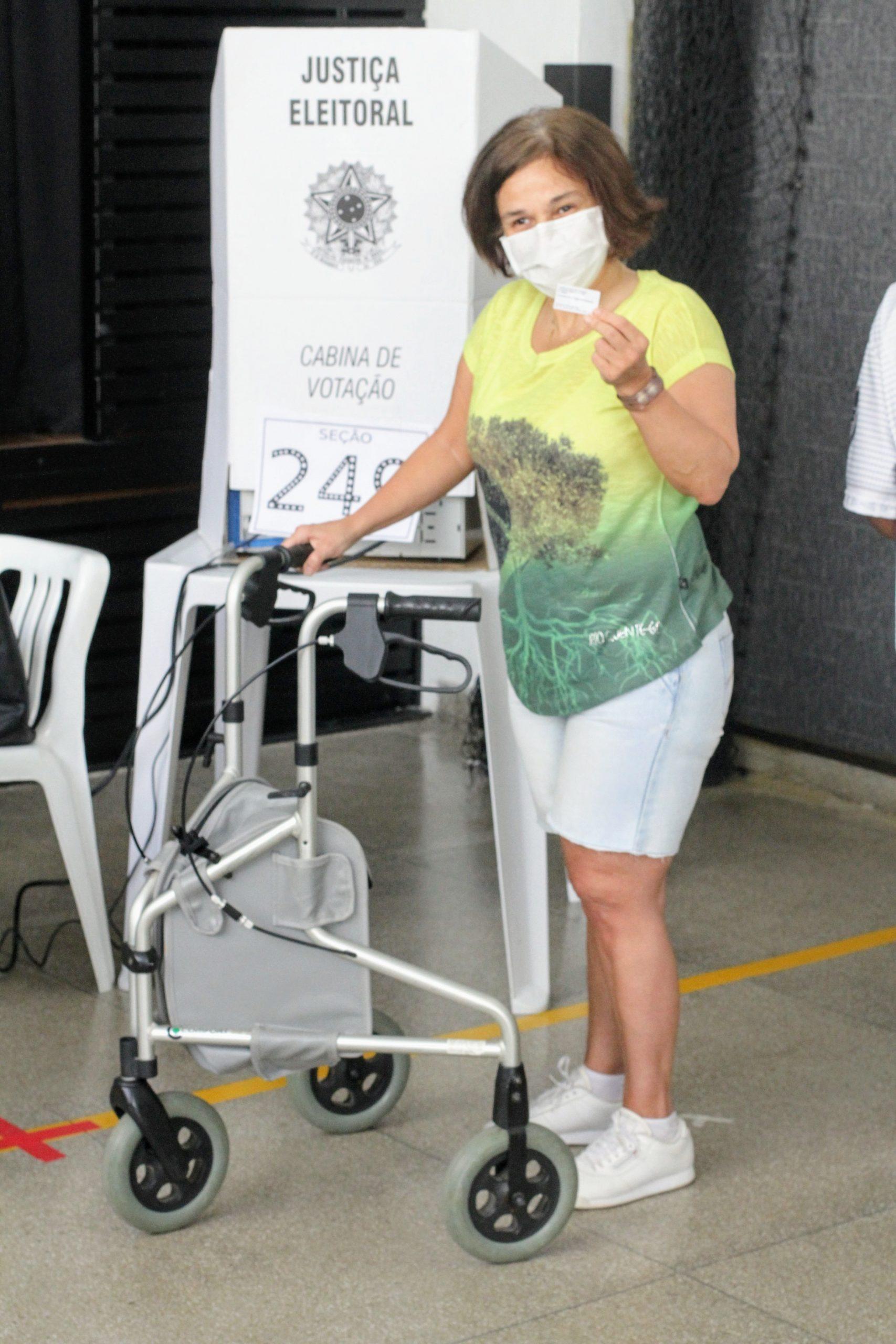 De andador, Claudia Rodrigues vota no Rio de Janeiro