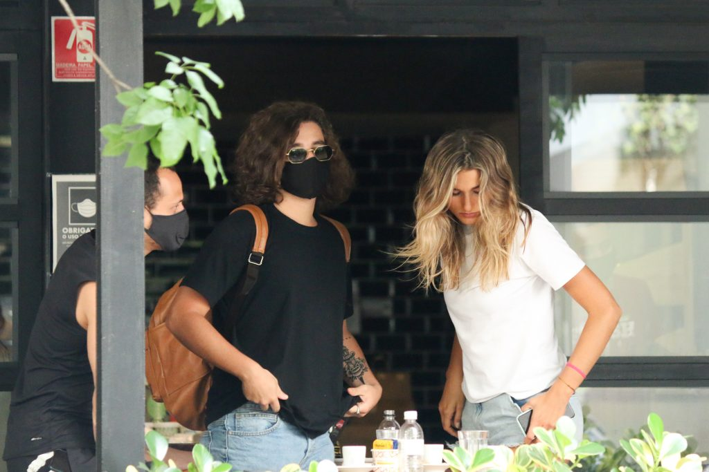 Com look básico, Sasha Maneghel almoça com o namorado em SP