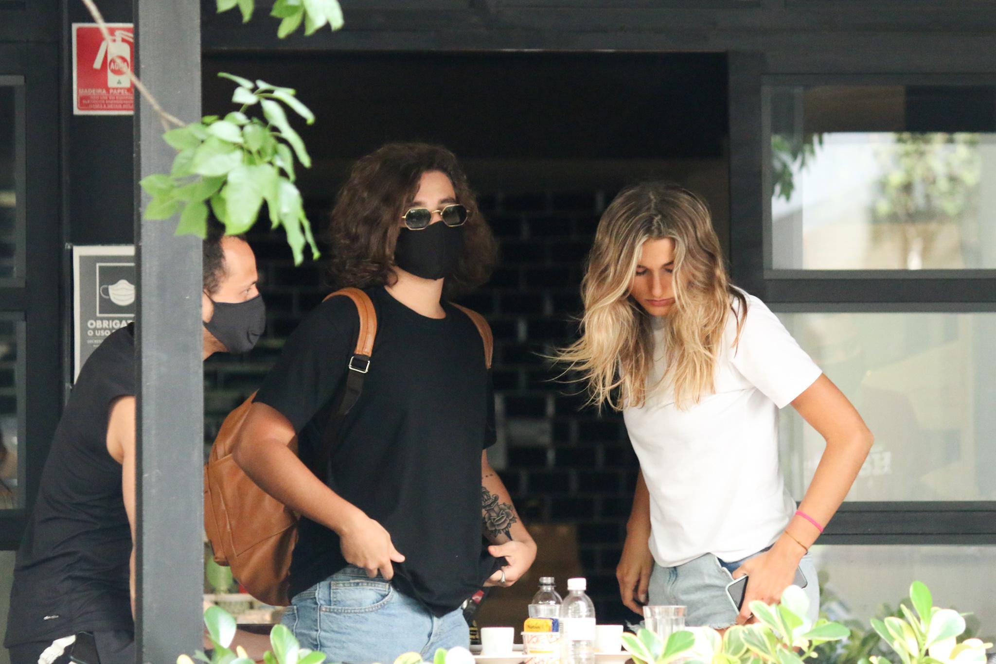 Com look básico, Sasha Meneghel almoça com o namorado em SP
