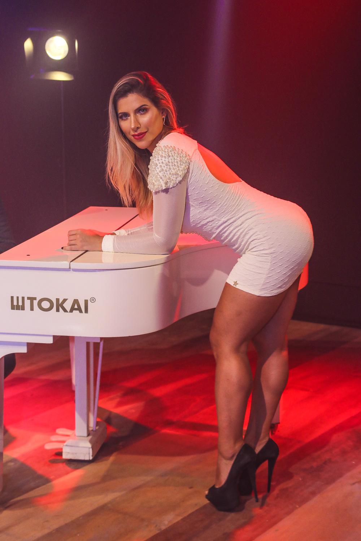 Ana Paula Minerato quase mostra demais em clipe