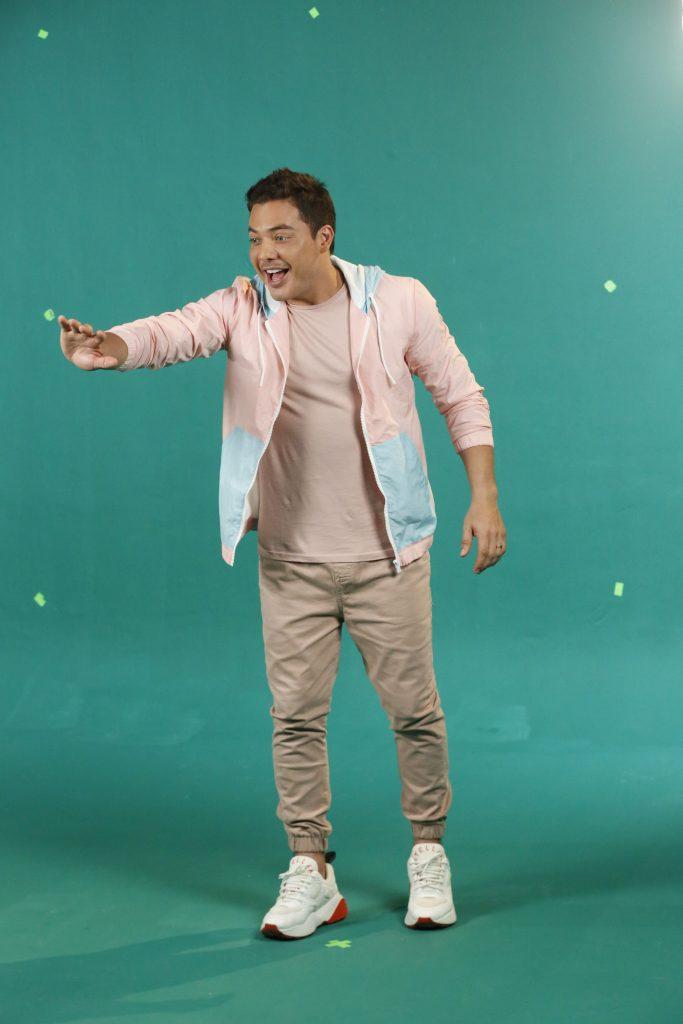 Wesley Safadão de jaqueta rosa e azul