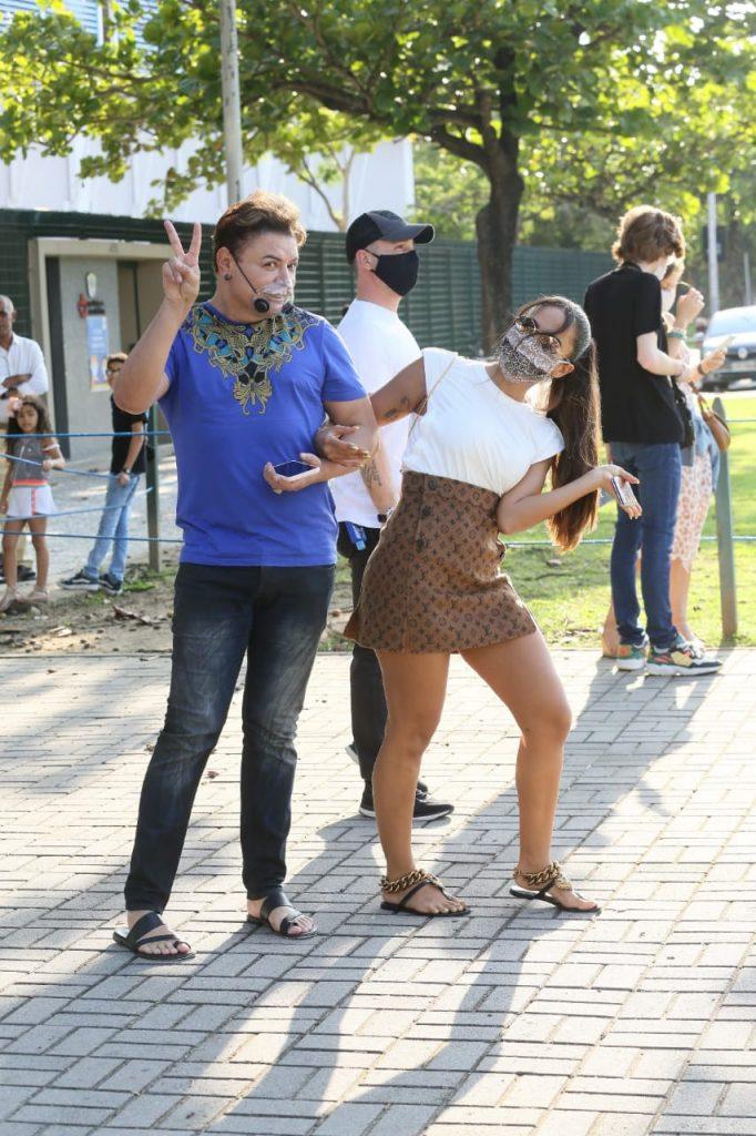 Basiquinha! Anitta vota com look avaliado em quase R$ 30 mil