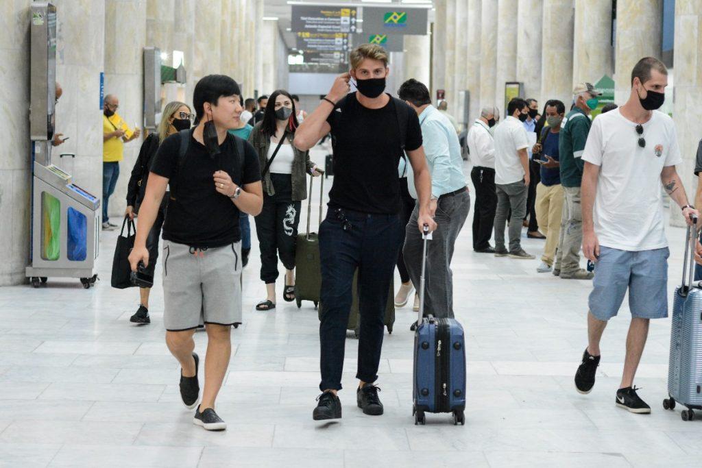 Ex-BBBs Pyong e Daniel chegam juntos ao Rio