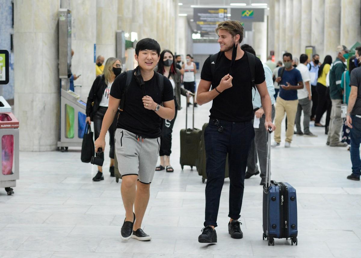 Ex-BBBs Pyong e Daniel chegam juntos ao Rio: 'Primeiro encontro'