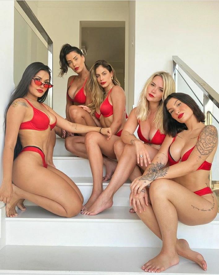 Ex-BBBs ostentam sensualidade em mansão no litoral