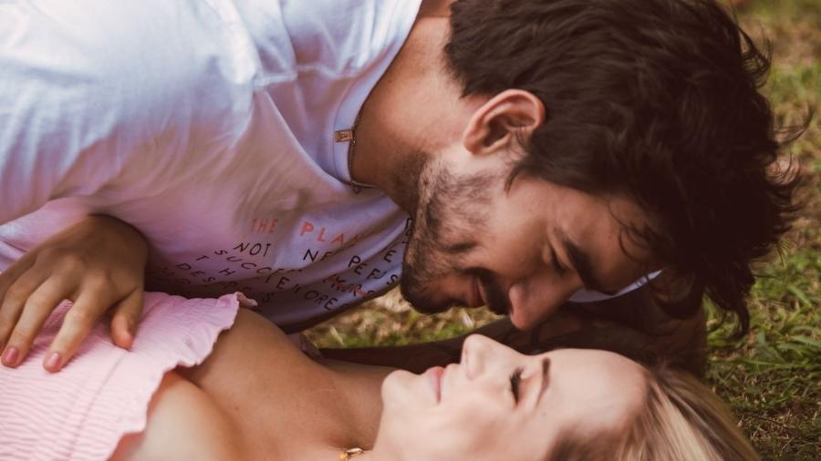 Gabi Martins vive romance com Gui Napolitano em clipe