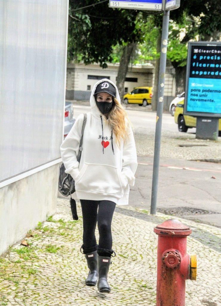 Daniele Winits aparece quase irreconhecível em passeio no Rio