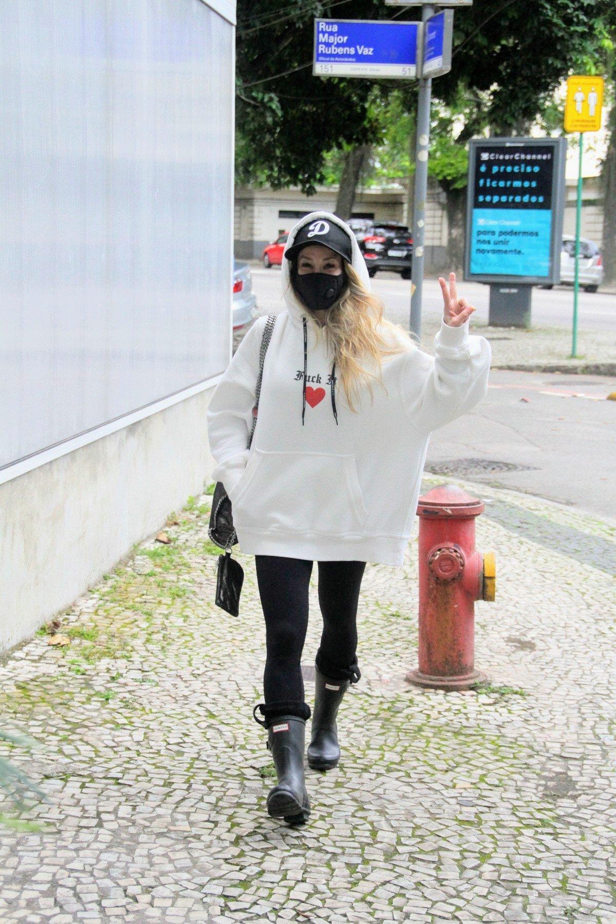 Danielle Winits aparece quase irreconhecível em passeio no Rio