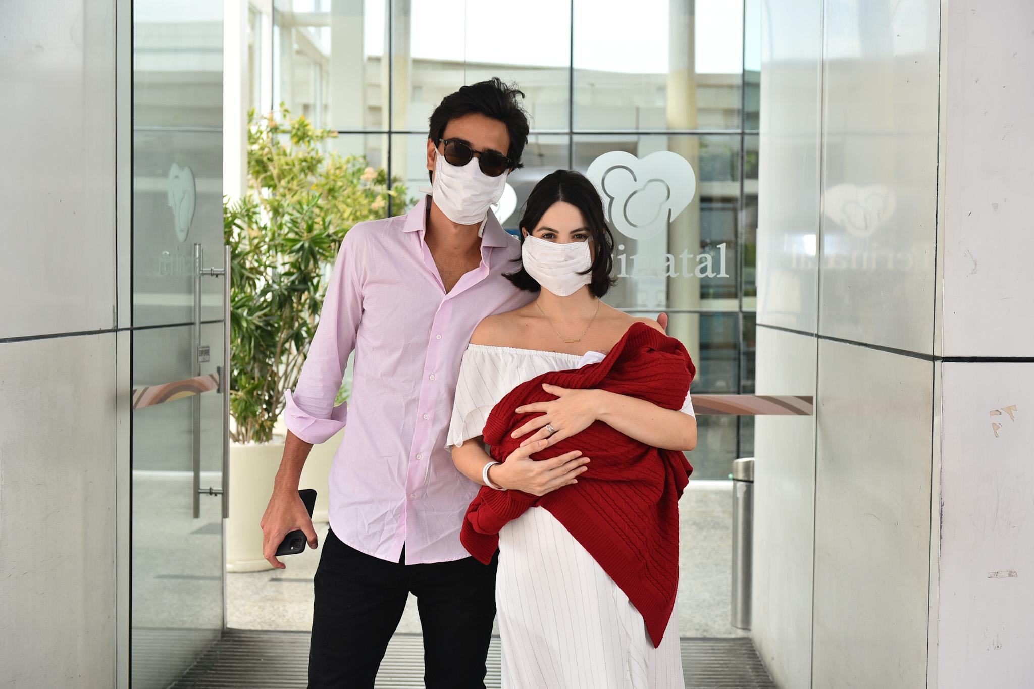 Sthefany Brito deixa a maternidade com o marido e o filho