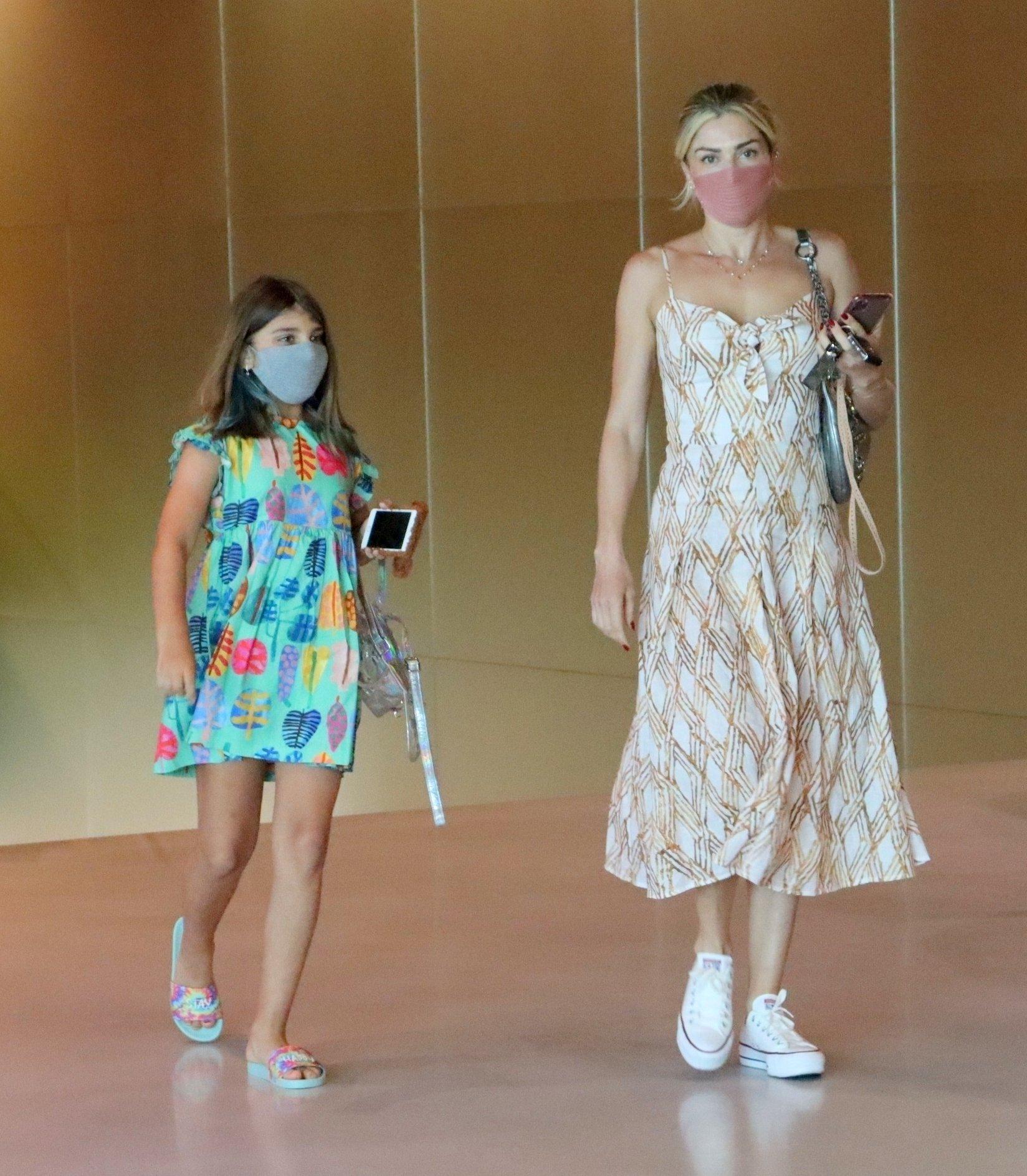 Grazi Massafera deixa salão de beleza com a filha, após doar cabelo