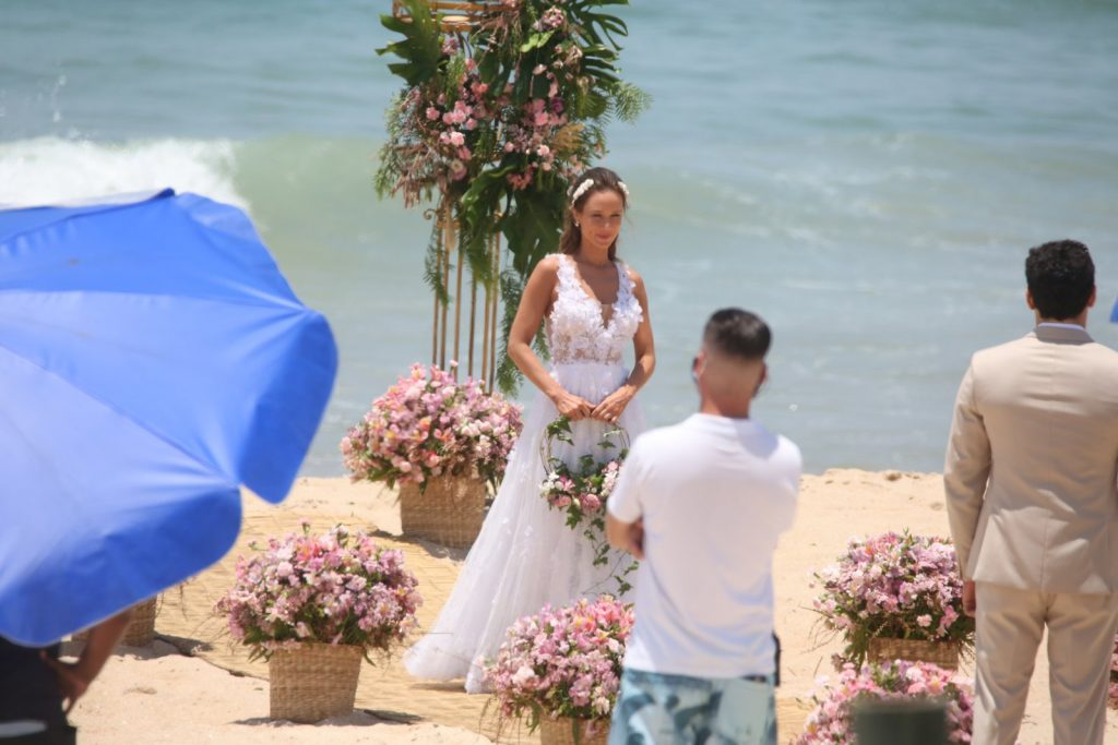 Mariana Ximenes é flagrada gravando debaixo de sol revelando final de novela
