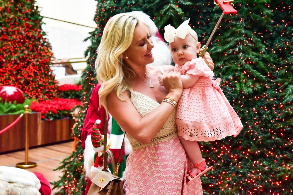 Ana Paula Siebert leva filha para ver decoração natalina