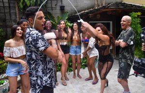 Raissa Barbosa refaz cena icônica do creme em clipe de música
