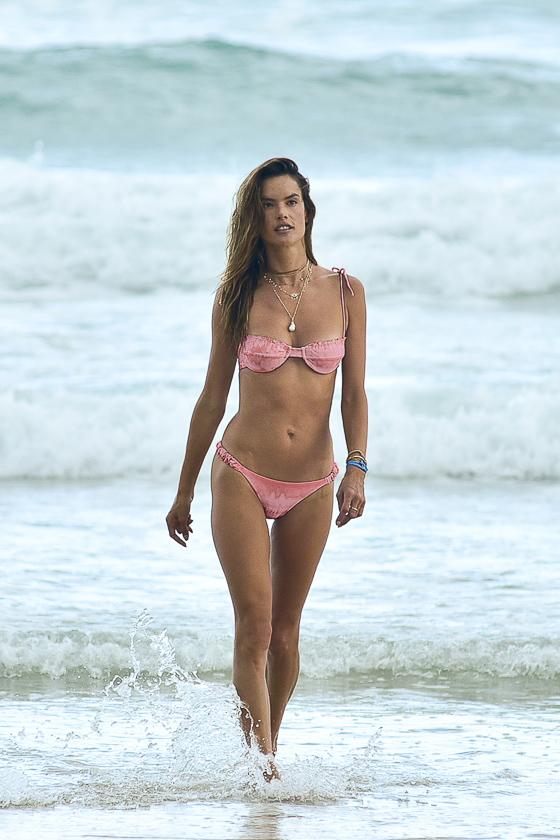 Alessandra Ambrósio ostenta barriga chapada aos 39 anos