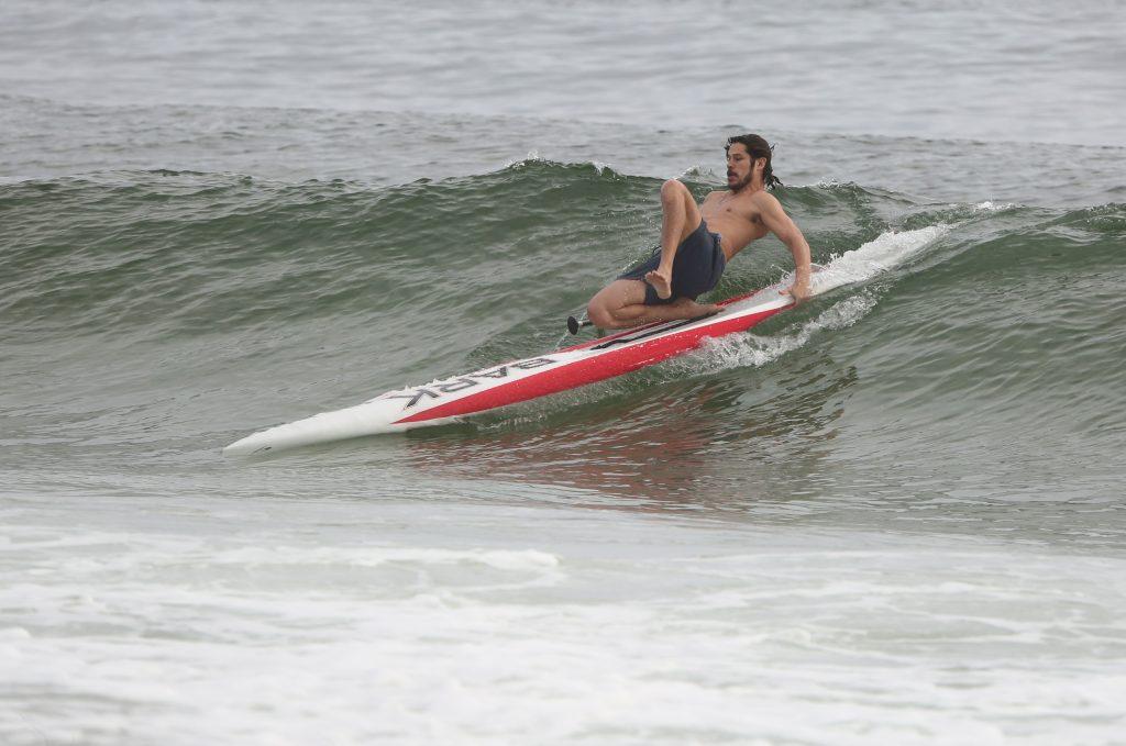 José Loreto se aventura no stand up paddle