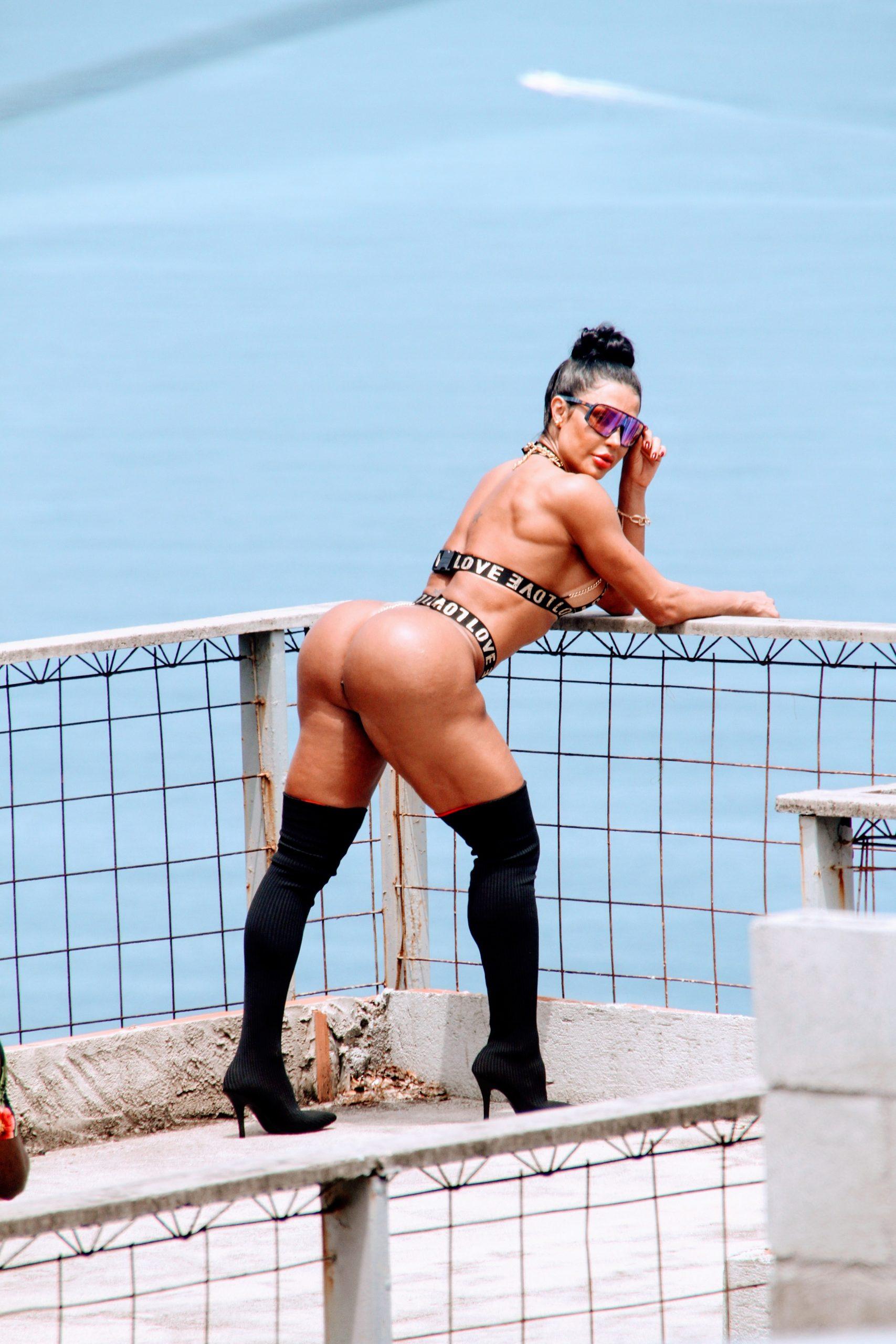 Gracyanne Barbosa mostra bumbum na nuca durante ensaio no Morro do Vidigal