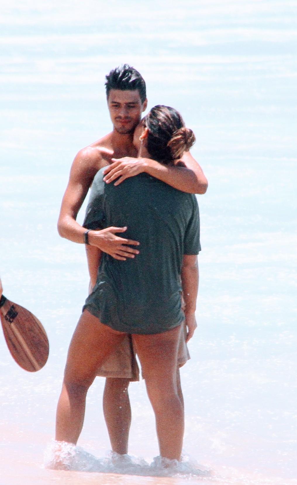 Giulia Costa curte praia em clima de romance