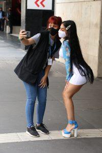 Mc Mirella é tietada por fãs ao andar pela Avenida Paulista