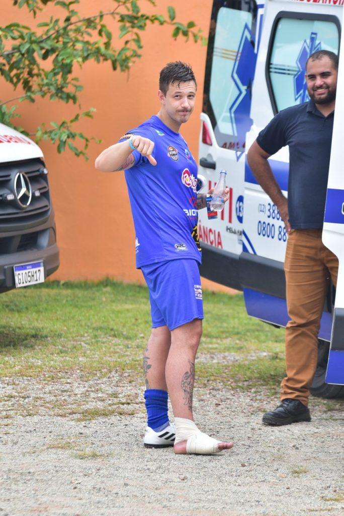 Gabriel Cartolano se machuca em futebol solidário