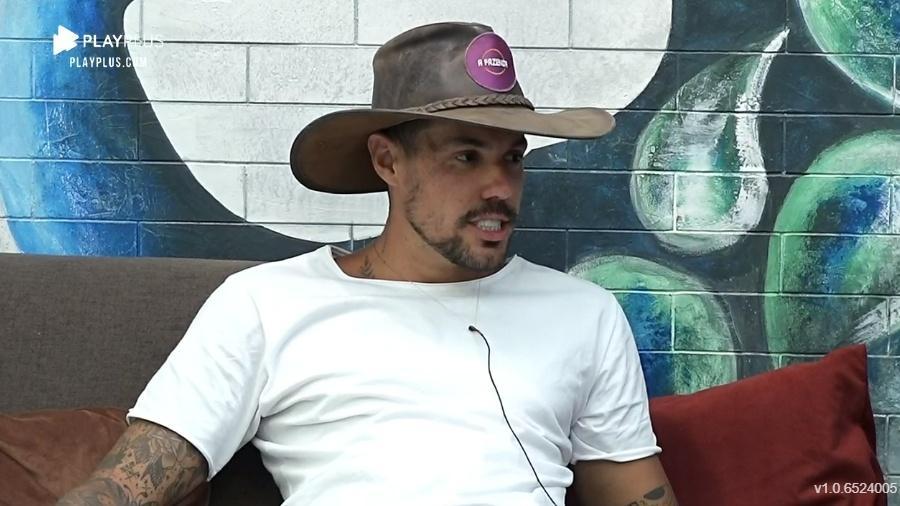 Lipe Ribeiro promete ensaio nu após deixar A Fazenda