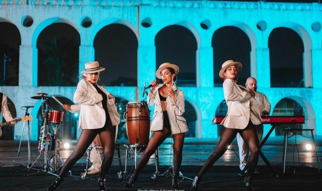 Anitta não vai lançar músicas em português em 2021