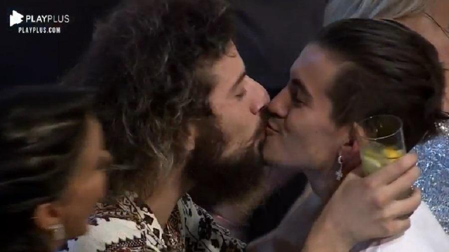Cartolouco e Biel se beijam em A Fazenda