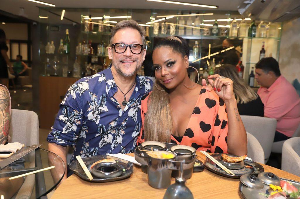 Adriana Bombom com o noivo, Adrien, em restaurante do Rio