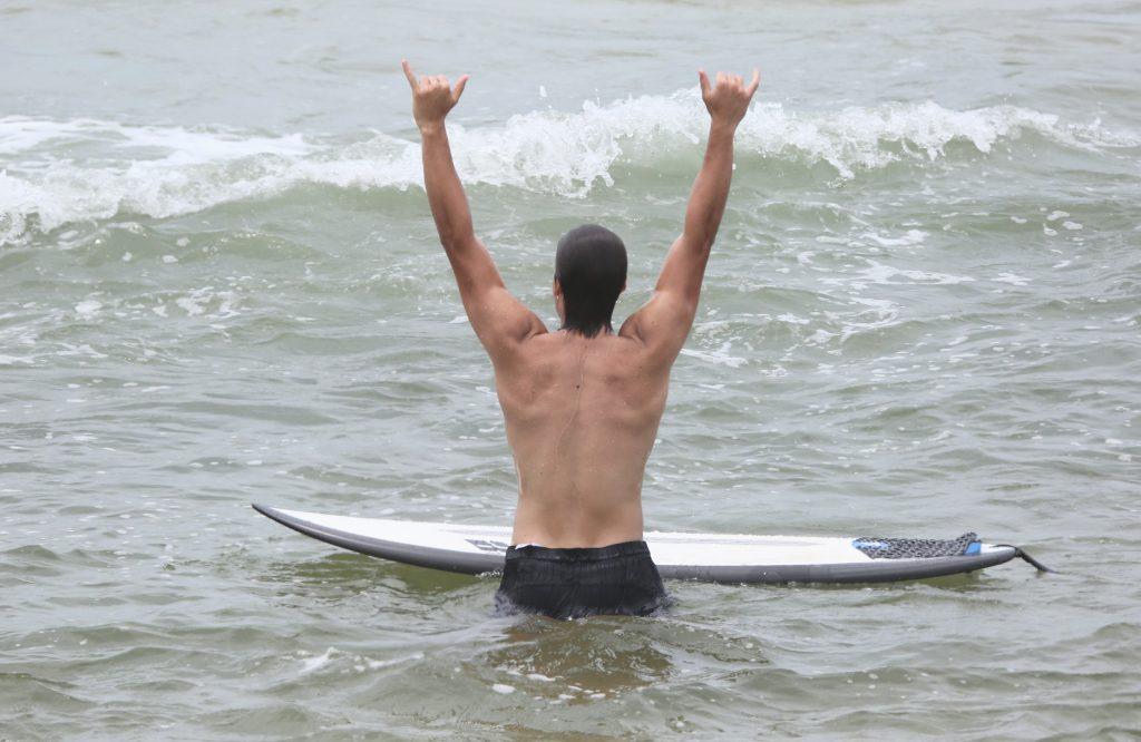 Paparazzo flagra ator em praia do Rio de Janeiro