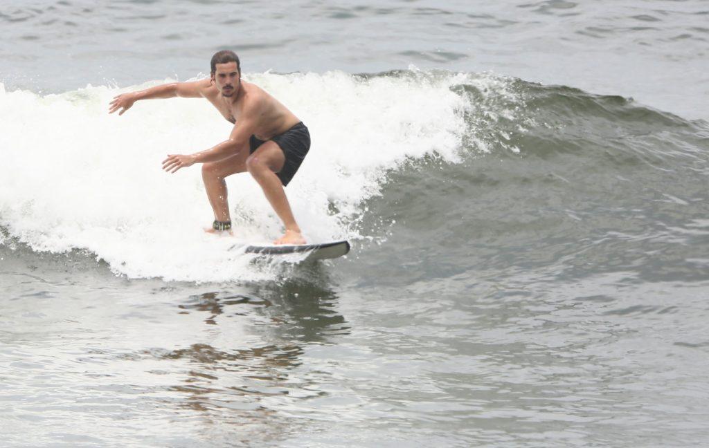 Nicolas Prattes ostenta barriga trincada em praia no Rio