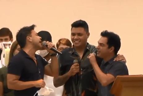 Zezé Di Camargo canta e se emociona em missa em homenagem a seu pai