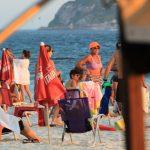 Juliana Paes curte praia com filhos no Rio de Janeiro