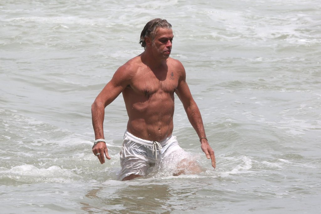 Ao lado da esposa grávida, Fábio Assunção curte praia