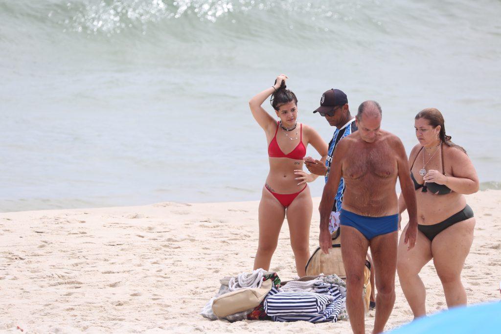 Mel Maia curte praia ao lado da mãe no Rio de Janeiro