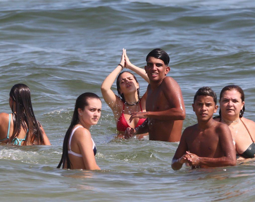 Amigos de Mel Maia tentam bater em paparazzo após fotos em praia