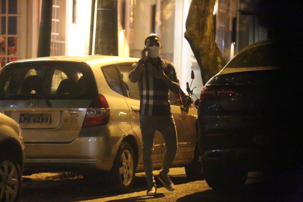 Após entrevista, Nego do Borel é flagrado sozinho em restaurante
