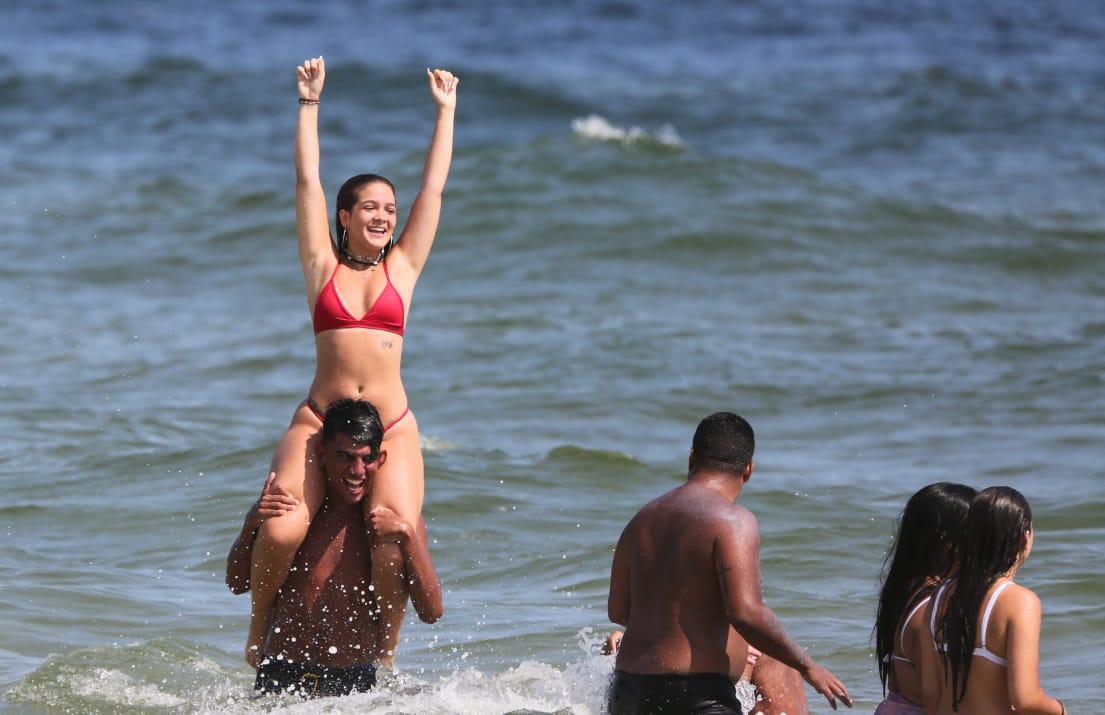 Amigos de Mel Maia ameaçam paparazzo após fotos em praia