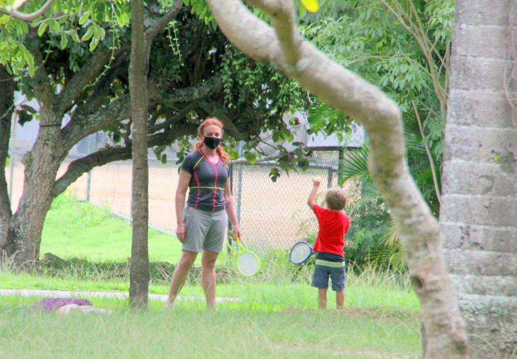Afastada da Globo News, Leilane Neubarth passeia no Rio