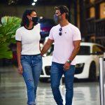 Jakelyne e Mariano deixam restaurante em clima de romance