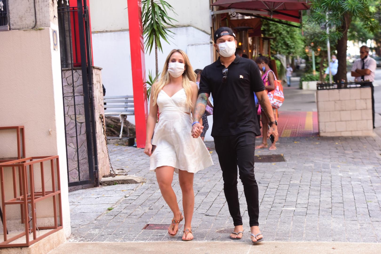 Tierry e Gabi Martins ajudam ambulantes nas ruas de São Paulo